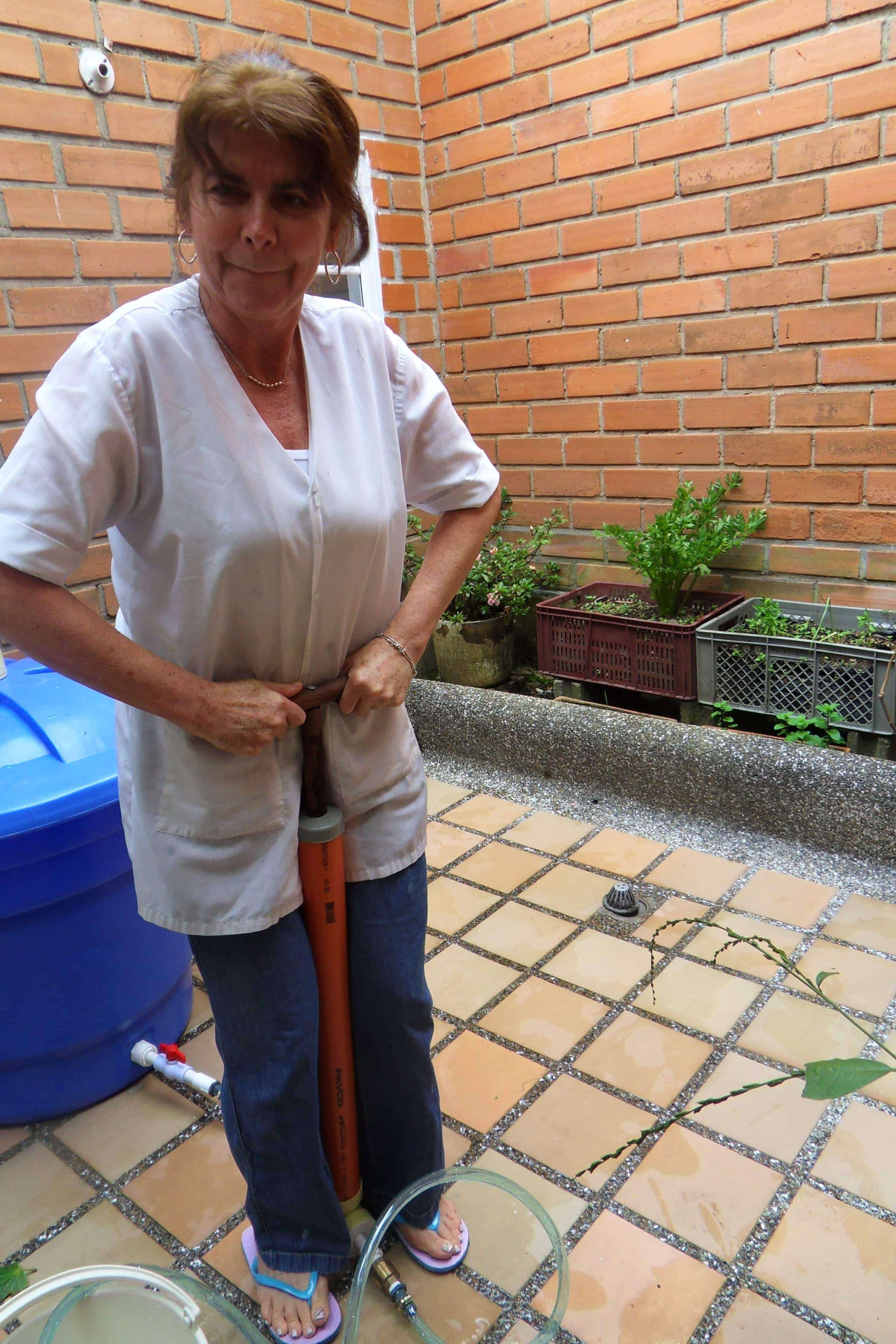 A person in Medellin using Lluvia Viva to pump water